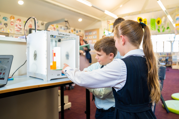 students in looking at Ultimaker machine